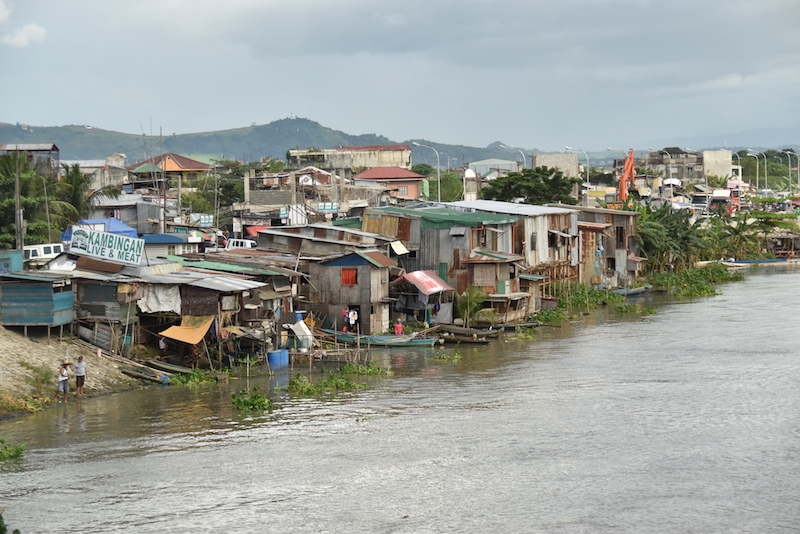 Population boom: Informal settlements line many of Manila's waterways. (Nick Greenfield/UN Environment)