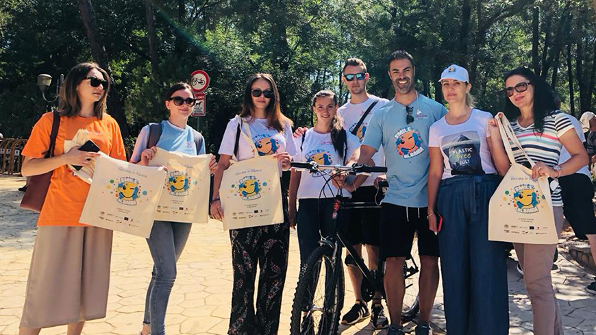 Ornela Cuci with people holding reusable bags