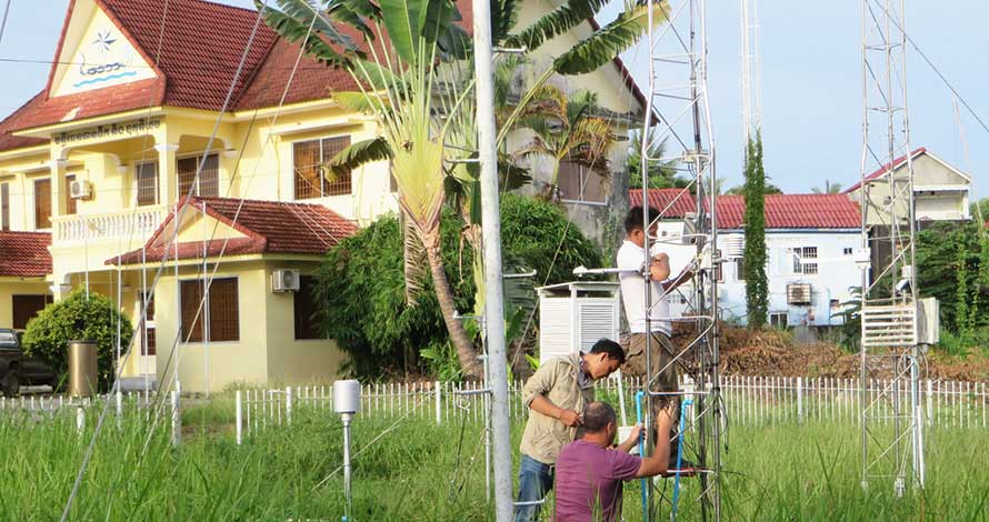 Installing the new automatic weather station in Preah Sihanouk, under the UNDP-supported project 'Strengthening Climate Information and Early Warning Systems in Cambodia' 2018. © MOWRAM Cambodia.