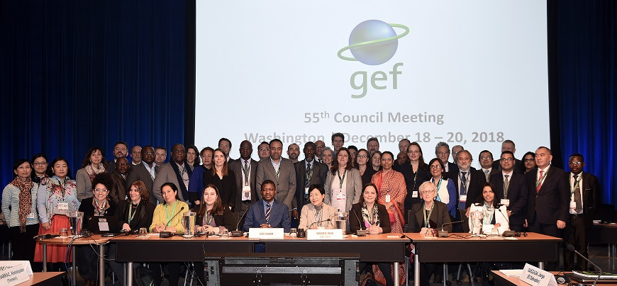 Family photo of GEF Council Members and Alternate Council Members with GEF CEO and Chairperson Naoko Ishii and members of the GEF Secretariat (courtesy of IISD ENB)