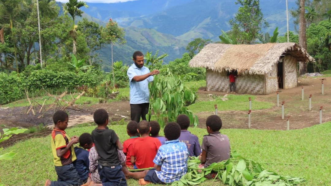 George Sinao teaching conservation skills to junior rangers in Papua New Guinea